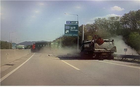 교통사고 난 트레일러 운전자, 갑자기 등장한 어떤 사람이...
