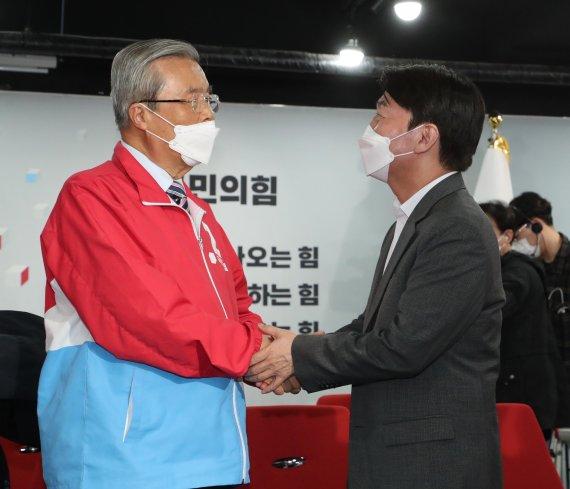 불꽃 튀던 김종인-안철수, 오세훈 시장 탄생에 '기쁨의 악수'