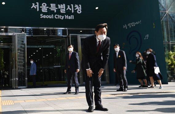"""'90도 인사' 오세훈, 10년만 서울시청 첫 출근 """"고맙습니다"""""""