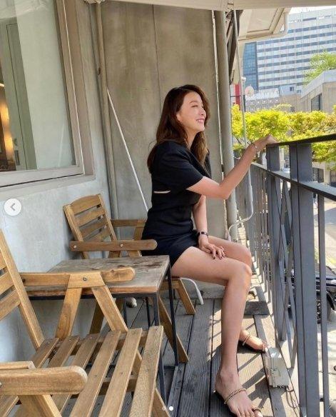 '원초적 본능'처럼…유인영, 밀착 초미니 원피스 입고 의자 포즈