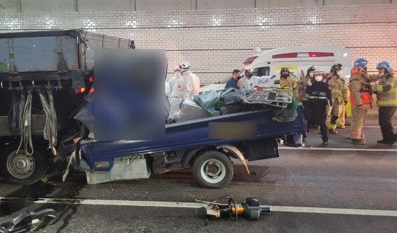 달리던 트럭서 30대 여성 갑자기 추락..뒤따르던 차량 3중 추돌 사고