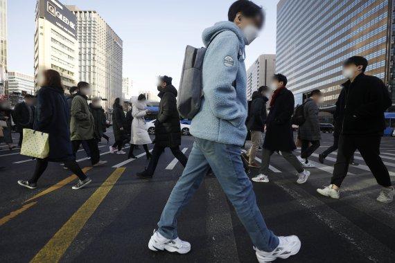 'MZ세대' 직장인 한숨..1인가구 월소득 329만원 넘으면 지원금 제외