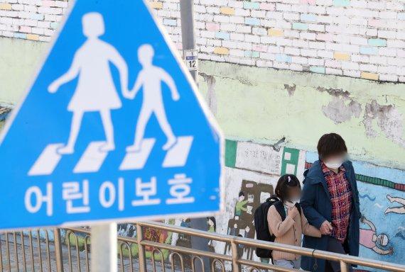 """학교에 '자가진단키트' 도입?…감염병 전문가들 """"해볼 만"""""""