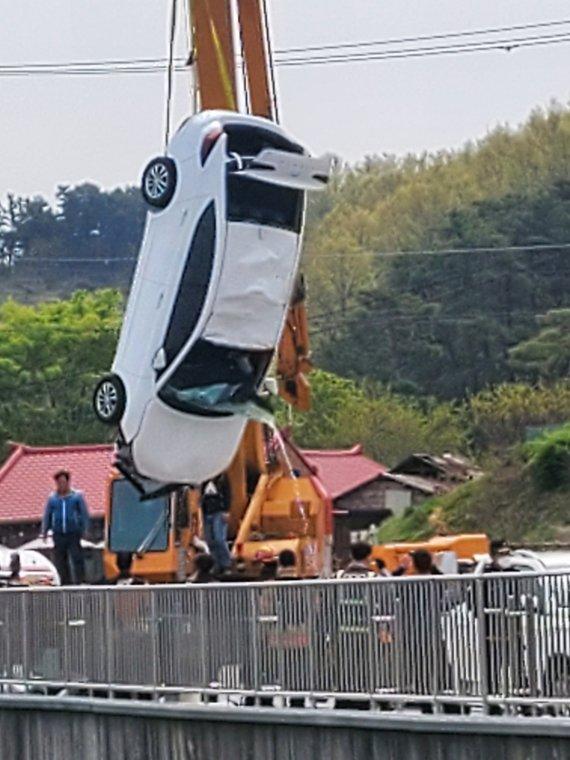 논산 탑정저수지에 차량 추락…20대 5명 숨졌다