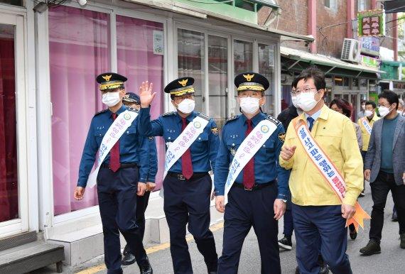 수원역 앞 홍등가에 나타난 시장님과 경찰청장님