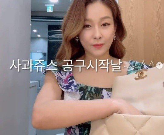 현영, 원피스에 명품가방…'의류업 사장 클래스'