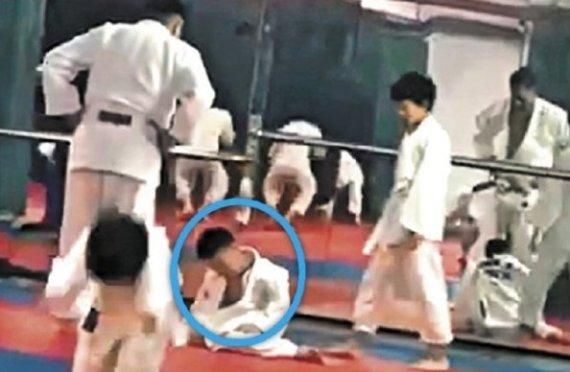 """""""기절한 척 마라"""" 27차례 업어치기 당한 7세 아동 혼수상태"""