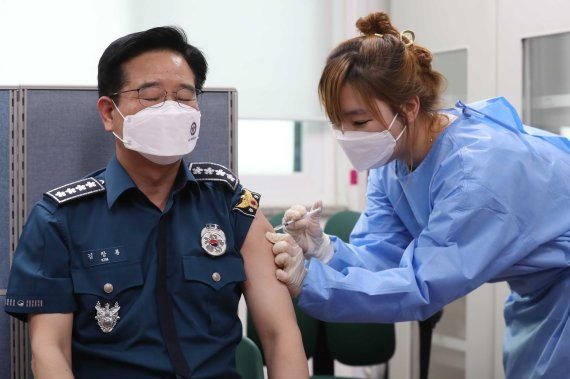 백신접종에 떨고있는 경찰들, 맞지 않으면..