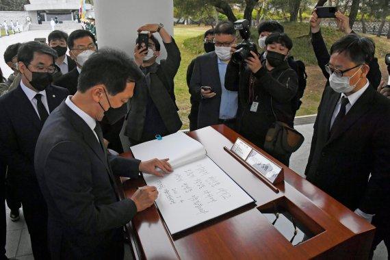 방문록 작성하는 김기현 당대표 권한대행