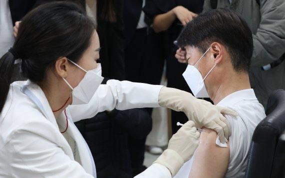 """당국 """"AZ백신 1병당 최소 70%는 우선접종대상자 맞혀야"""""""