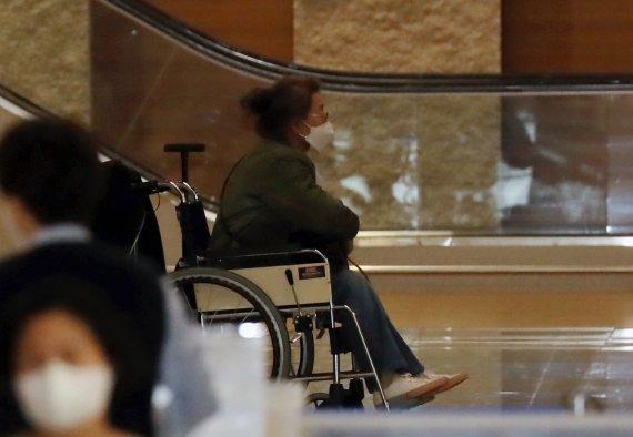 오스카 들어올린 윤여정, 공항서는 휠체어에 앉았다