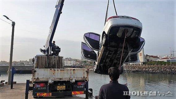 영상통화 하던 20대 만취 운전자 차량, 바다로 '풍덩'