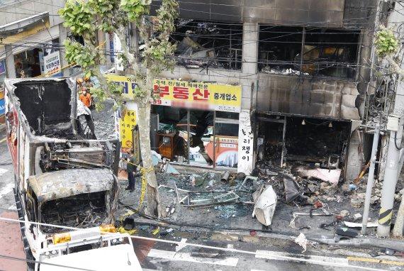 """5톤 택배차량 건물로 돌진한 상황 """"지진인가.."""""""