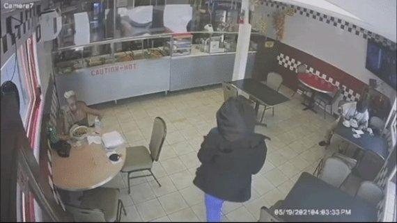10대 소녀 식당에 들어가 손님에게 아이 맡긴 CCTV 봤더니..