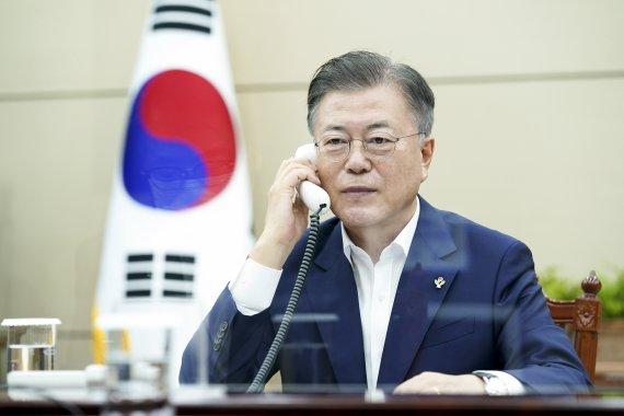 """文대통령, 英 총리와 통화 """"P4G 참여 감사...G7 논의 적극 참여"""""""