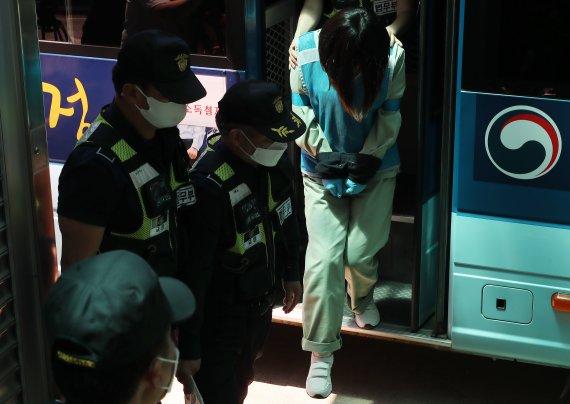 '징역 20년' 구미 3세아 언니, 법정 나서며 보인 반응이..