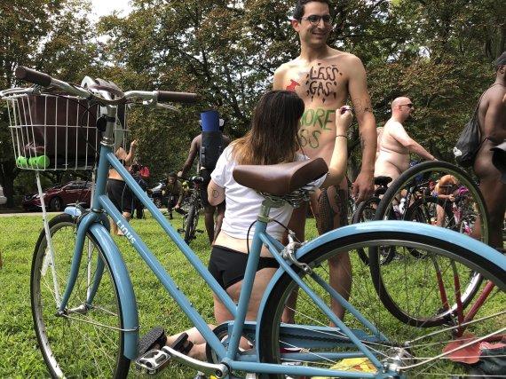 """""""옷은 벗어도 마스크는 쓰세요""""…美알몸 자전거 대회 재개"""