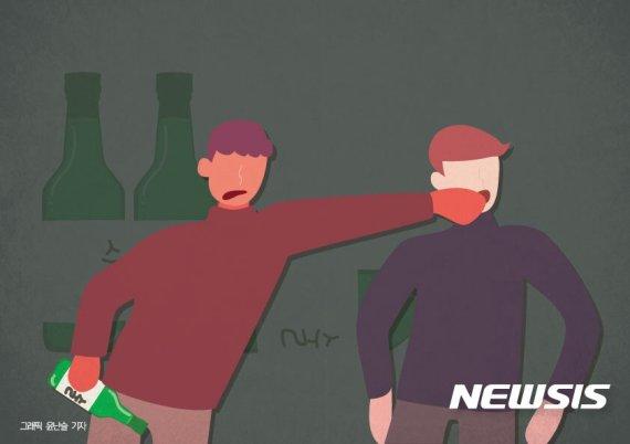소주병으로 때리다 체포된 50대 男, 이번엔 맥주병으로 보복을...