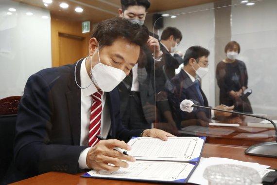 4無 안심금융 지원 협약서 서명하는 오세훈 시장