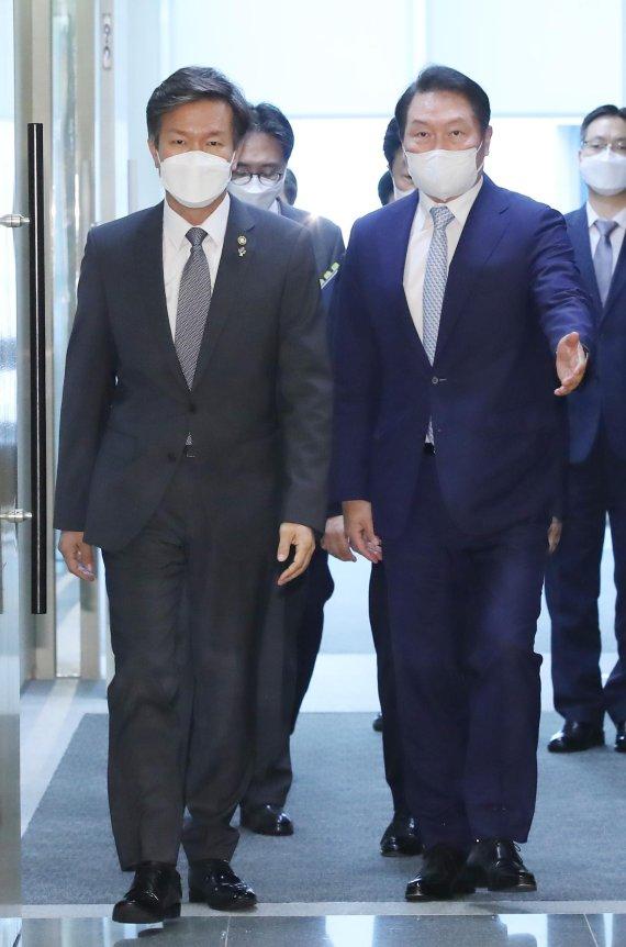 간담회장 참석하는 김대지 국세청장과 최태원 회장