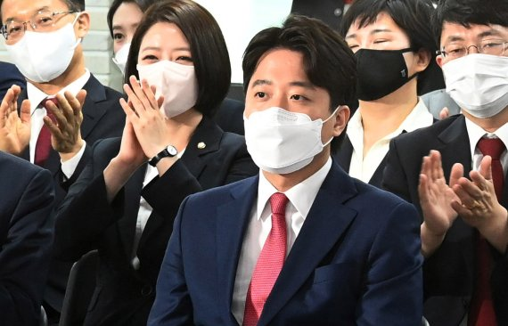"""국민의힘 새 당대표 36세 이준석 """"관성과 고정관념을 깨달라"""""""