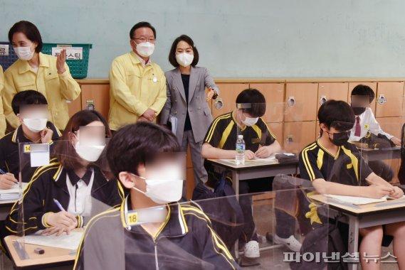 수업 참관하는 총리