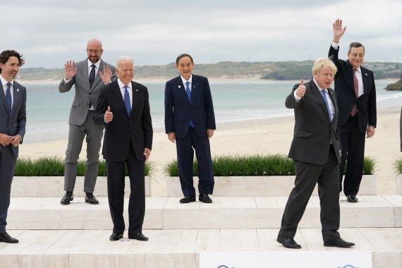 """""""국제적 고립감"""" 어색한 스가, G7 데뷔 사진 놓고 日네티즌 들끓어"""