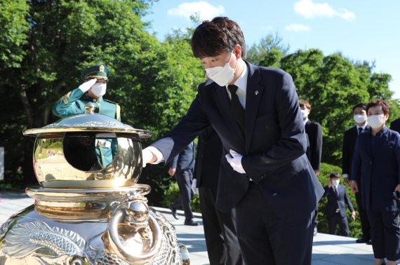 박정희 전 대통령 묘역 참배하는 이준석