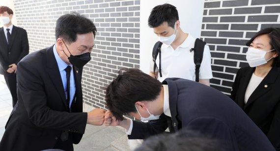 김기현 원내대표와 인사하는 이준석 대표