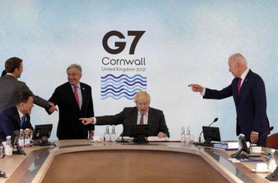 문 대통령 향한 G7정상들의 손가락 사진..일본서 더 화제 모았다