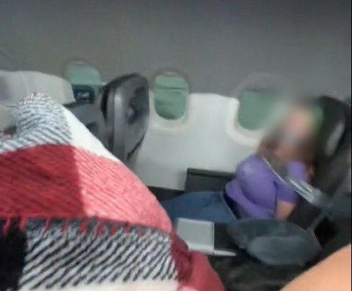 여객기 좌석에 테이프로 칭칭 감긴 여자 승객..도대체 무슨 일?