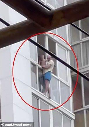 """3살 아들과 14층 건물 창문에 매달려 """"아내 관심 받고 싶어"""""""