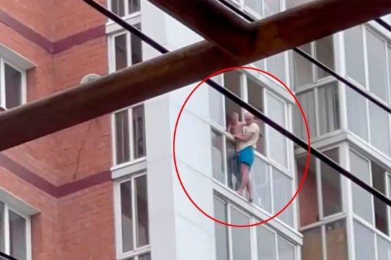 14층 난간서 3살 아들 안고 매달린 남, 이유를 들어보니...