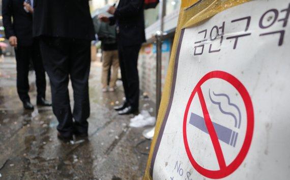 """""""아이들 매일 오가는 길목에 흡연부스라니.."""" 간접흡연 피해 우려"""