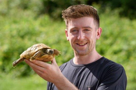 울타리 넘어 가출한 거북이,1년 만에 발견된 곳이..