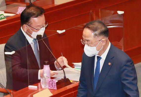 """""""전국민 지원금 검토"""" 한목소리…4차 대유행 후 지급 '무게'"""