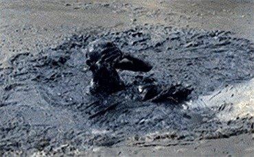 """""""진흙더미 파묻힌 시신 벌떡""""…베트남 공포 떨게 한 남성 정체 [영상]"""