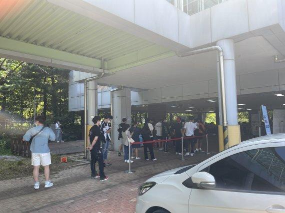 """[현장르포] 역대급 폭염 속 백신 접종 고3 '북적'...""""오전 대비 6배"""""""