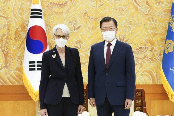 """문 대통령 """"북미대화 재개 노력""""…美 셔먼 """"北 호응 기대""""(종합)"""