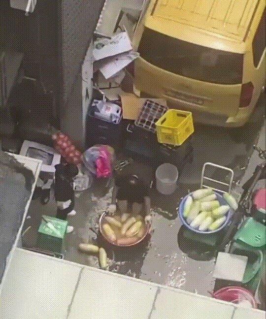 무 씻던 수세미로 발 '벅벅'…식약처, 방배동 족발집 적발