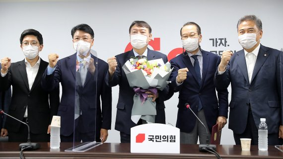 """윤석열, 전격 입당 """"넓고 보편적인 지지 받기 위해 결심""""(상보)"""
