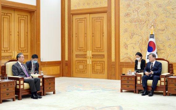 문 대통령, 오늘 中 왕이 부장 접견…한반도 문제 논의