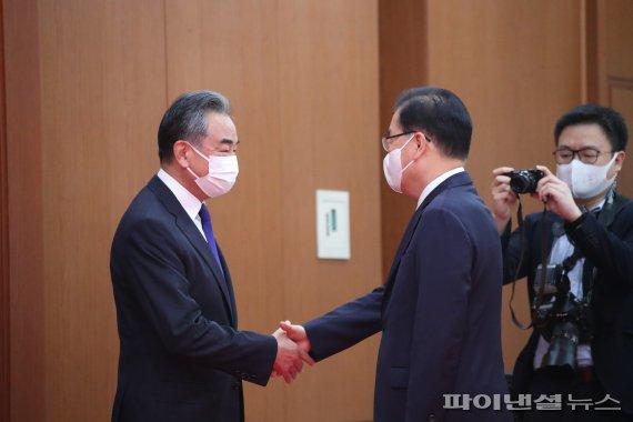 인사하는 한중 외교장관