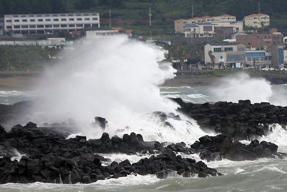태풍 '찬투' 제주 해상 진입…17일까지 '누적 1000㎜' 물폭탄