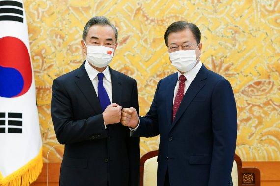 """文, 中왕이 만나 """"베이징올림픽, 대북 관계 개선 전기되길"""""""
