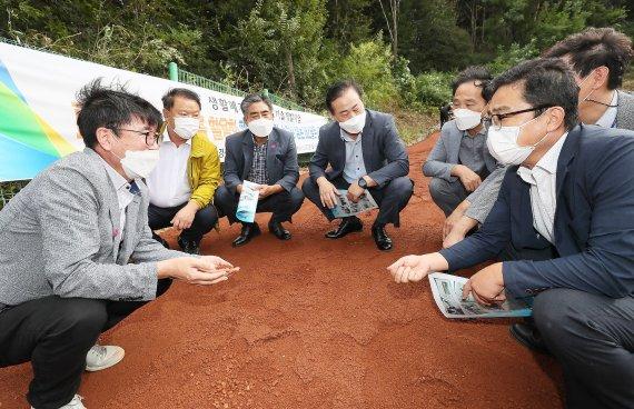폐유리병 등 재활용한 '고감성 흙' 200여톤 산책로에 시공