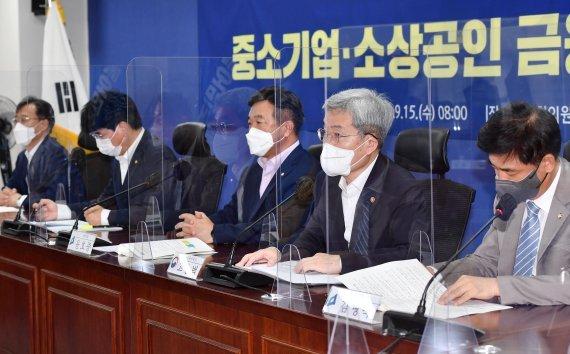 [fn사설] 자영업 부채 눈덩이, 만기연장으론 역부족