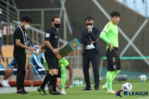 """8강행에도 고개 숙인 전북 김상식 감독 """"팬들에게 죄송"""""""