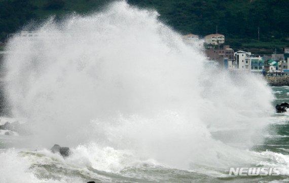 태풍 '찬투' 중급 약화…제주 관통 않고 '쓰시마섬'으로