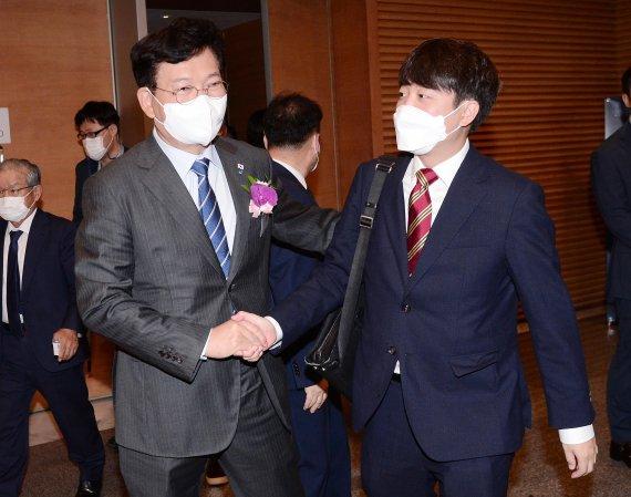 송영길-이준석, 오늘 밤 TV토론…'고발 사주'·'언론중재법' 격돌
